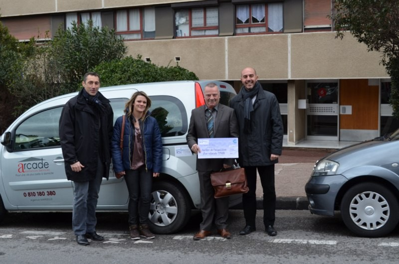 La remise officielle d'un nouveau véhicule pour les personnes en situation de handicap
